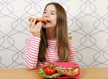 Голодный девочка-подросток ест сэндвич стоковые изображения