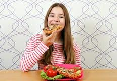 Голодный девочка-подросток ест сэндвич стоковая фотография