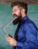 голодный человек знания Ему нужна новая информация Жажда знания Человек учителя бородатый сдерживает современную компьтер-книжку стоковые изображения rf