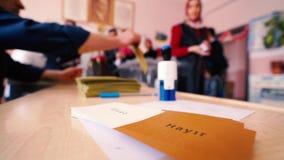 Голосование избирателя упало в урну для избирательных бюллетеней акции видеоматериалы