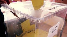 Голосование избирателя упало в урну для избирательных бюллетеней сток-видео
