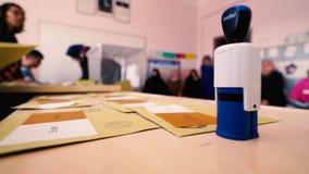 Голосование избирателя упало в урну для избирательных бюллетеней видеоматериал