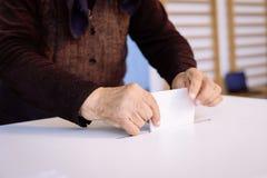 Голосование человека, бросая голосование стоковое изображение