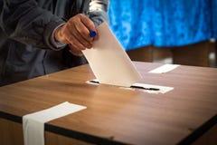 Голосование человека, бросая голосование стоковое фото rf