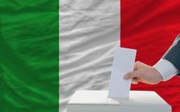 голосовать человека Италии фронта флага избраний стоковое изображение rf