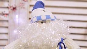 Голубая белая кукла Санта Клауса с толстыми бородой и шляпой, в стене предпосылки белой сток-видео