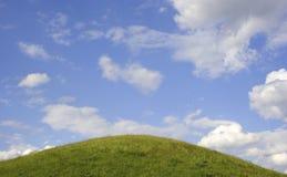 голубая белизна неба зеленого цвета травы облаков Стоковая Фотография RF