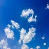 голубая белизна неба облака синь предпосылки красивейшая заволакивает небо Небо с синью облака природы погоды облаков Голубое неб Стоковая Фотография RF