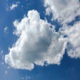 голубая белизна неба облака синь предпосылки красивейшая заволакивает небо Небо с синью облака природы погоды облаков Голубое неб Стоковое Изображение