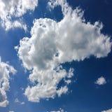 голубая белизна неба облака синь предпосылки красивейшая заволакивает небо Небо с синью облака природы погоды облаков Голубое неб Стоковая Фотография