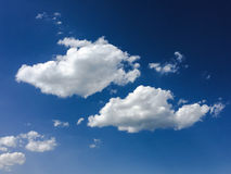 голубая белизна неба облака синь предпосылки красивейшая заволакивает небо Небо с синью облака природы погоды облаков Голубое неб Стоковые Фото