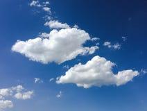 голубая белизна неба облака синь предпосылки красивейшая заволакивает небо Небо с синью облака природы погоды облаков Голубое неб Стоковые Фотографии RF