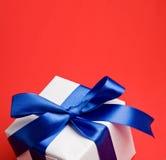 голубая белизна тесемки подарка Стоковая Фотография RF
