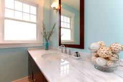 Голубая ванная комната с белой мраморной раковиной. Стоковые Изображения RF