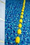Голубая вода бассейна и желтая отметка плавая майны в бассейне стоковая фотография rf