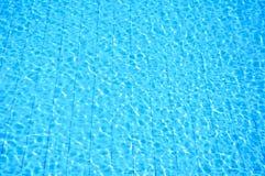 голубая вода заплывания пульсации бассеина Стоковые Фотографии RF
