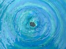 голубая вода фонтана Стоковая Фотография