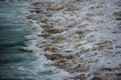 Голубая волна задавливая на песке стоковые фотографии rf