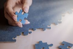 Голубая головоломка в женской руке стоковая фотография rf