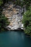 голубая гора озера над камнем утеса Стоковое Изображение