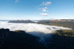 Голубая гора с морем облаков стоковые изображения