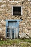 Голубая дверь и каменная стена стоковая фотография rf