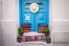 Голубая дверь на греческих островах стоковые фото