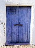голубая дверь старая стоковая фотография