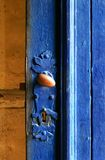 голубая дверь старая Стоковые Изображения