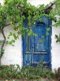 голубая дверь старая стоковое фото