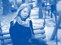 Голубая девушка настроения представляя outdoors Стоковые Фото
