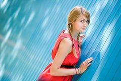 голубая девушка около детенышей стены портрета Стоковые Фотографии RF