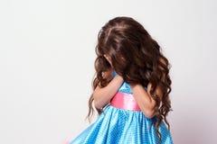 голубая девушка платья Белая предпосылка Стоковое Изображение