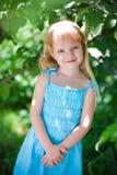 голубая девушка платья меньший парк wering Стоковые Фотографии RF