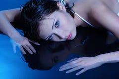 голубая девушка пола кладя воду Стоковые Фото