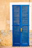 Голубая деревянная дверь среднеземноморского дома, взгляда детали Стоковое Фото