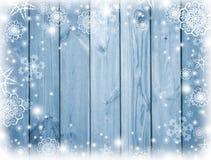 Голубая деревянная предпосылка с снегом Frost, снежинки на досках Зима Рождество предпосылка праздничная Новый Год предпосылки К Стоковое фото RF