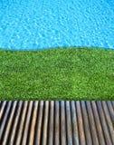 голубая древесина заплывания бассеина травы пола Стоковое Фото