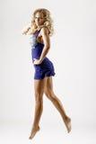 голубая женщина платья скача короткие детеныши Стоковое фото RF