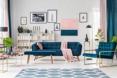 голубая живущая комната стоковые изображения rf