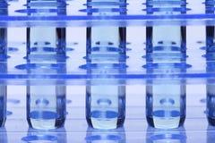 Голубая жидкость в инструментах для тестирования лаборатории стеклянной лампы на пластичном держателе стойки Стоковые Изображения