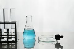 Голубая жидкость в склянке и стеклоизделии лаборатории Стоковые Изображения RF