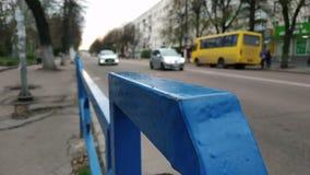 Голубая загородка около улицы на вечере видеоматериал