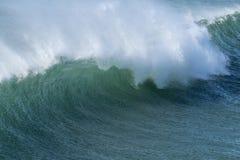 Голубая зеленая волна с с брызгом ветра берега Стоковое фото RF