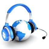 Голубая земля глобуса с наушниками и микрофоном Стоковые Изображения