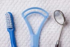 Голубая зубная щетка с зубоврачебными инструментами Стоковое Фото