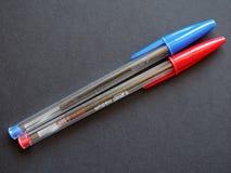 Голубая и красная ручка BIC стоковые фотографии rf