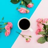 Голубая и розовая пастельная предпосылка с розами цветет скопируйте космос Плоское положение Взгляд сверху Стоковое Фото