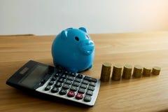 Голубая копилка с делом, сохраняет деньги финансы яичка диетпитания принципиальной схемы предпосылки золотистые стоковая фотография rf