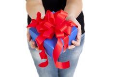 Голубая коробка подарка с красной тесемкой Стоковое фото RF